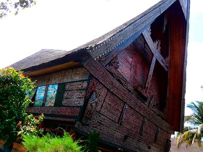 屋根の曲線が芸術的な家屋